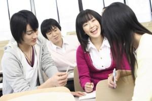 友達と会話する学生達